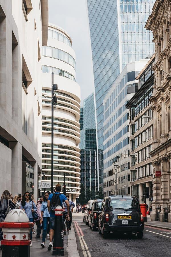 Svarta taxiar på en gata i staden av London, London, UK royaltyfri fotografi