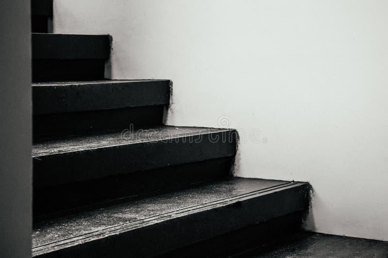 Svarta trappamoment med den vita väggen - entonig bild för mörk skugga royaltyfri bild