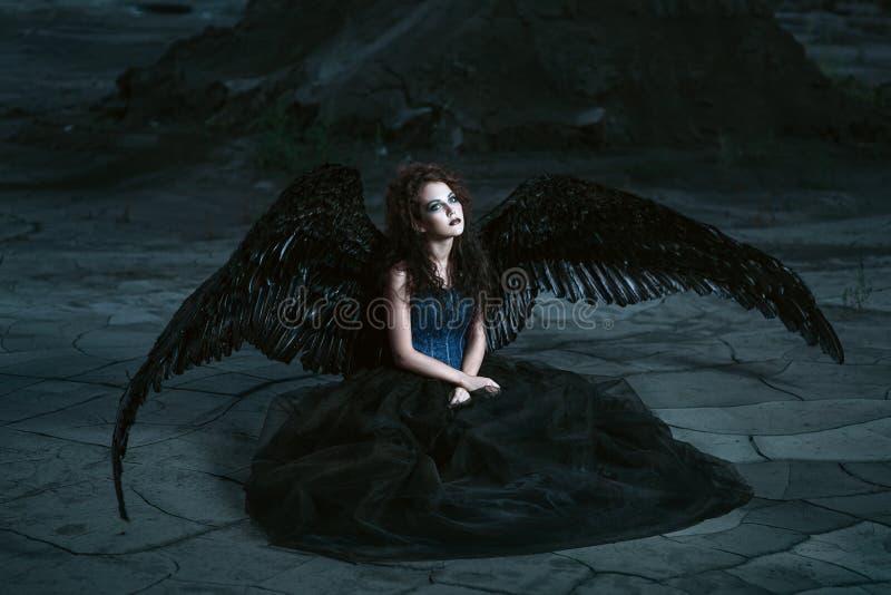 svarta vingar för ängel arkivfoto