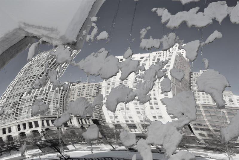 Svarta & vita Chicago byggnader reflekterade i snöig Bean Cloud Gate arkivbild
