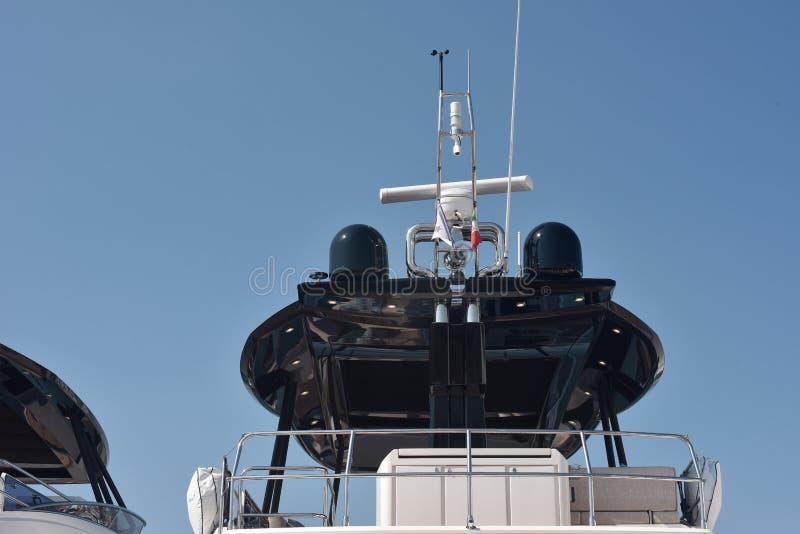 Svartantenner och radar av en lyxig yacht fotografering för bildbyråer
