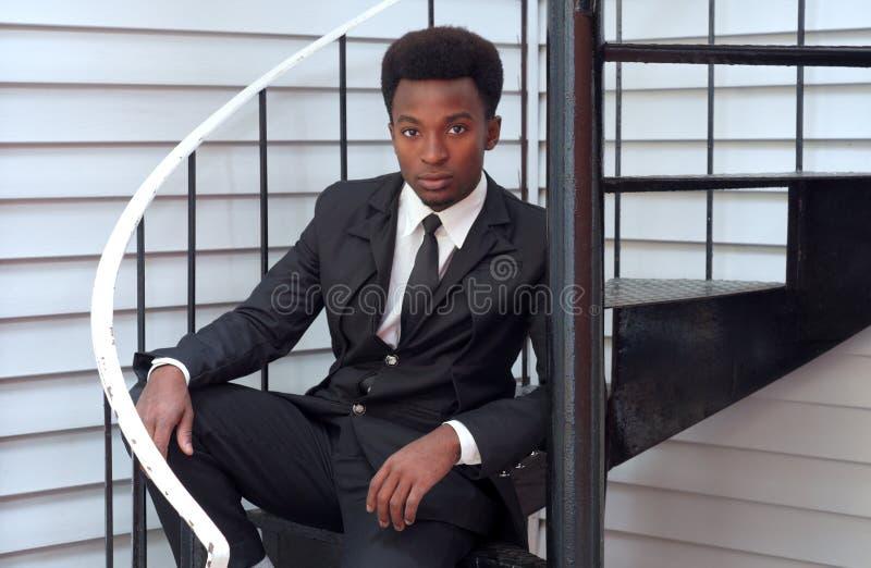 Svartdräkt för ung man och professionell för affärsman för bandsammanträdetrappa royaltyfria bilder