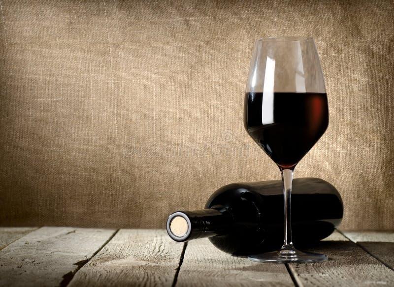 Svarten buteljerar och rött vin royaltyfria foton