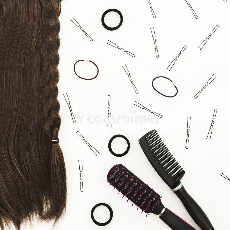 Svarthjälpmedel för frisören och håret på vit bakgrund Skönhetsammansättning Lekmanna- lägenhet, bästa sikt royaltyfria foton