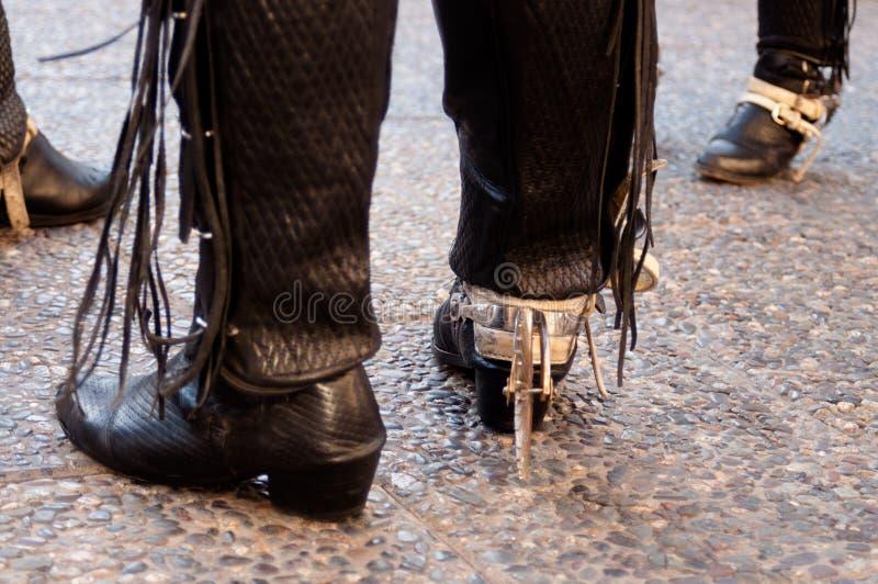 Svartläder och traditionella chilenska kängor och flåsanden för metall royaltyfri foto