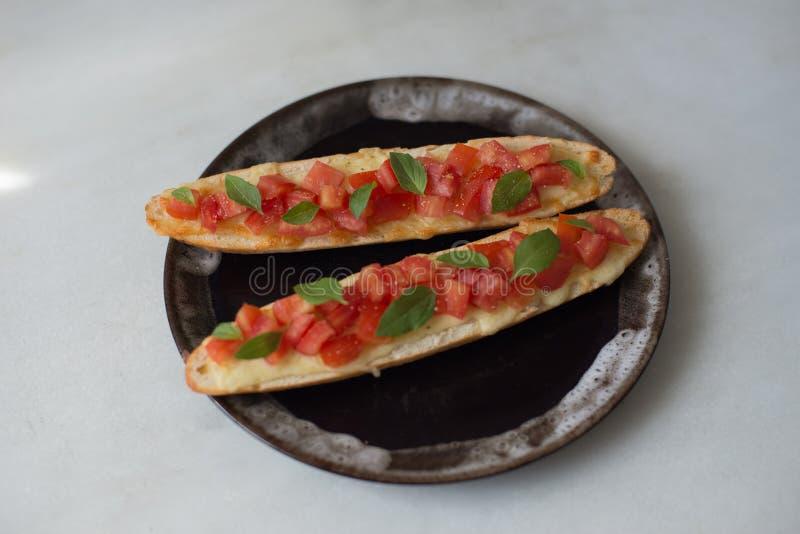 Svartpeppar för Bruschetta ost huggen av tomatolivolja royaltyfri fotografi