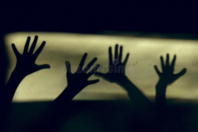 Svartskuggor av stora händer royaltyfria bilder