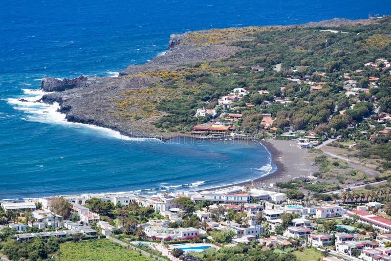 Svartstränder för flyg- sikt av Vulcano, eoliska öar nära Sicil royaltyfri fotografi