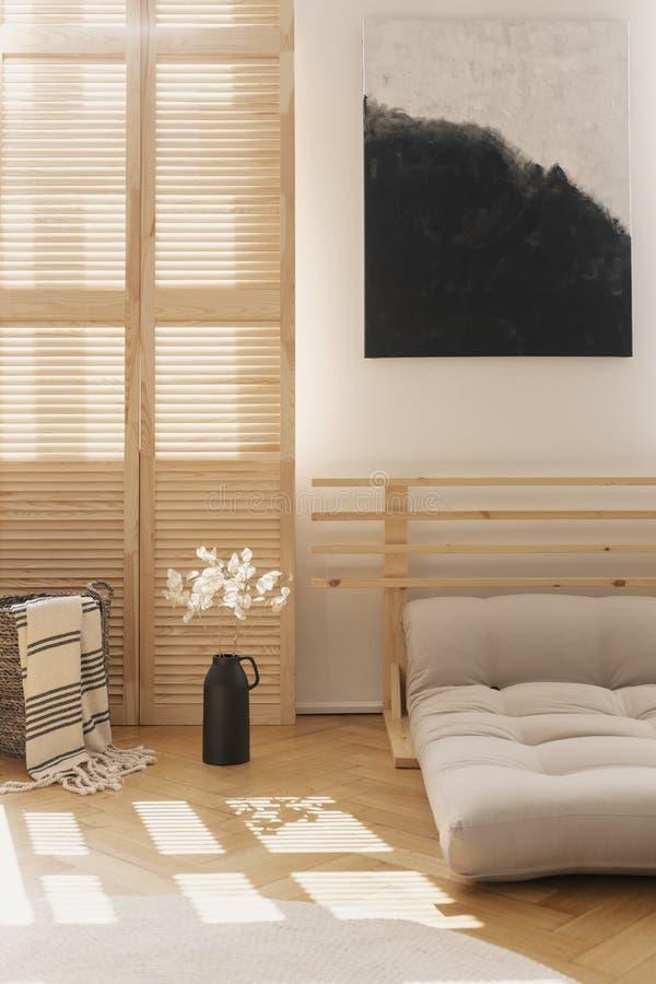 Svartvit affisch i det naturliga sovrummet som är inre med blommor Verkligt foto arkivfoton