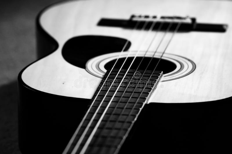 Svartvit akustisk gitarr fotografering för bildbyråer