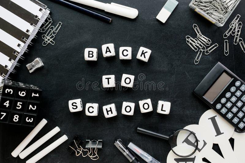 """Svartvit """"Back för skolatillförsel och ordtill school"""" arkivbild"""