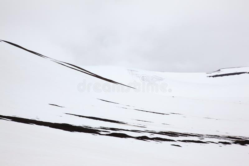 Svartvit bild av bergen av Svalbard i Norge abstrakt textur royaltyfri fotografi