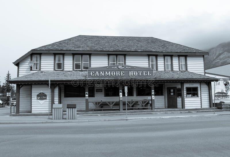 Svartvit bild av canmorehotellet, canmore alberta, Kanada fotografering för bildbyråer