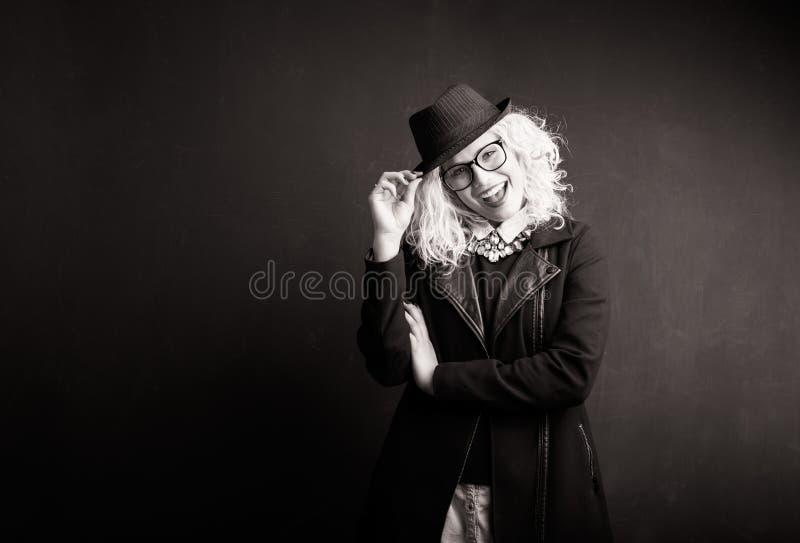 Svartvit bild av den roliga kvinnan arkivbilder