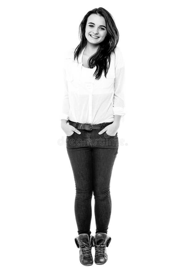 Svartvit bild av den tonåriga flickan royaltyfri fotografi