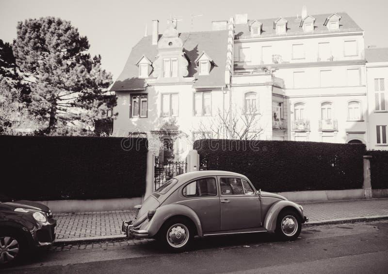 Svartvit bild av en tappningVolkswagen Beetle bil på royaltyfri fotografi