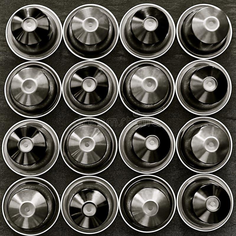 Svartvit bild av ett fyrkantigt raster av disketter arkivfoto