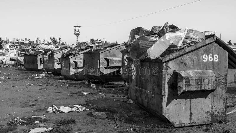 Svartvit bild av metalldumpsters med avskräde i Mexico fotografering för bildbyråer