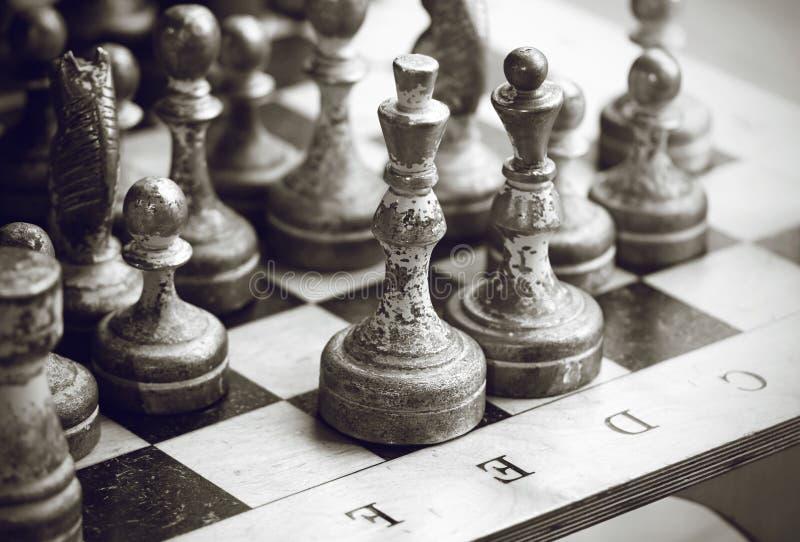 Svartvit bild av silvriga gamla schackstycken arkivfoto