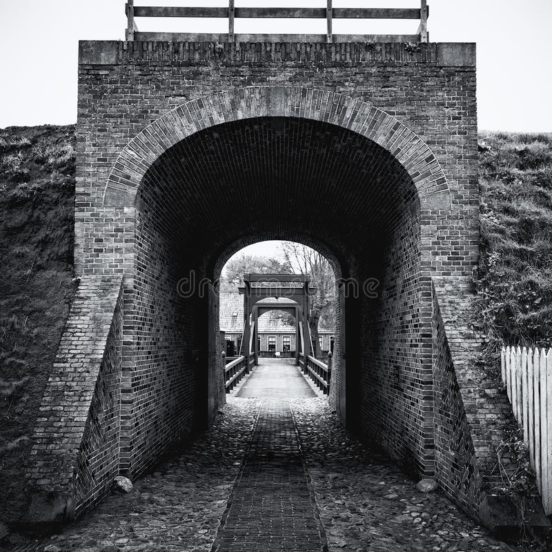 Svartvit bild av tillträdesbron till Bourtange, en Dut fotografering för bildbyråer