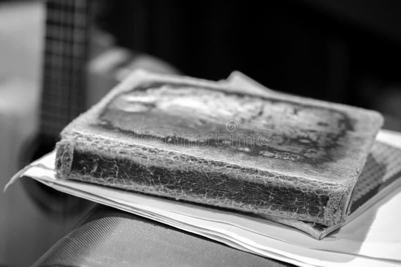 Svartvit bilderbok med en mycket gammal sjaskig räkning, bakgrunden av fingerboarden royaltyfria bilder