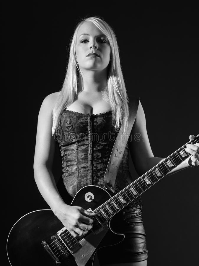 Svartvit blond spela elektrisk gitarr arkivbild