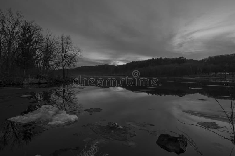 Svartvit bred vinkellandskapsikt av den vidsträckta Sten Croix River på en frostig vintersolnedgång/en tidig afton - avskilja för royaltyfri fotografi