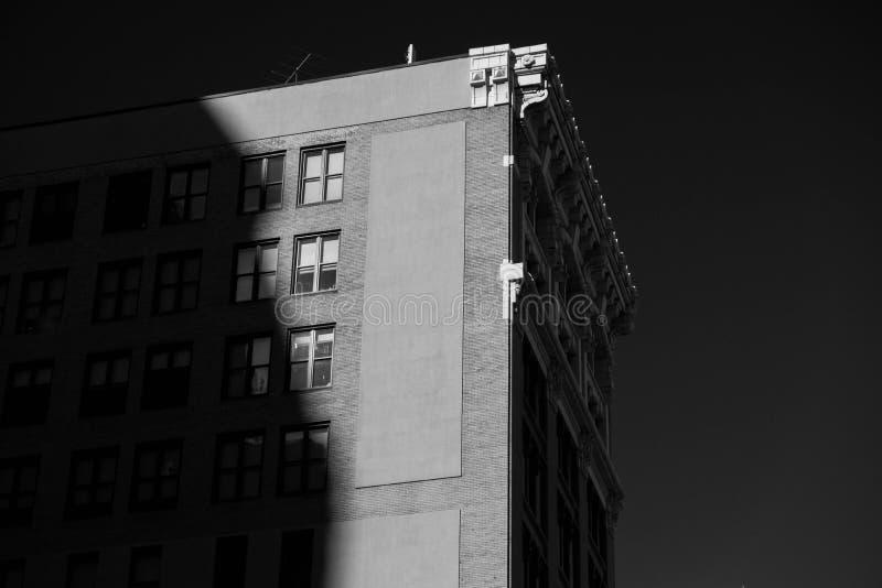 Svartvit byggnad arkivfoton