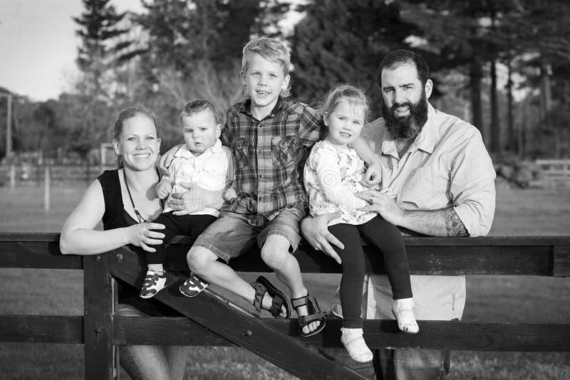 Svartvit familjstående arkivbild