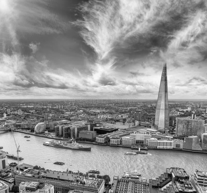 Svartvit flyg- sikt av London horisont över Thames River, royaltyfri foto