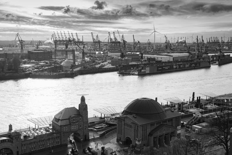 Svartvit flyg- sikt för Hamburg port royaltyfri bild