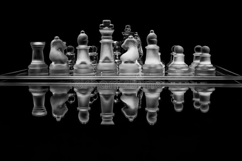 Svartvit glass schackuppsättning med reflexion arkivbilder