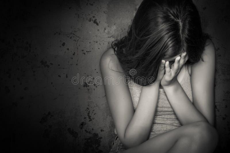 Svartvit grungebild av en tonårig flickagråt arkivfoton