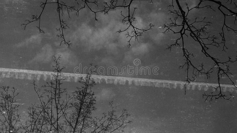 Svartvit himmel arkivfoto