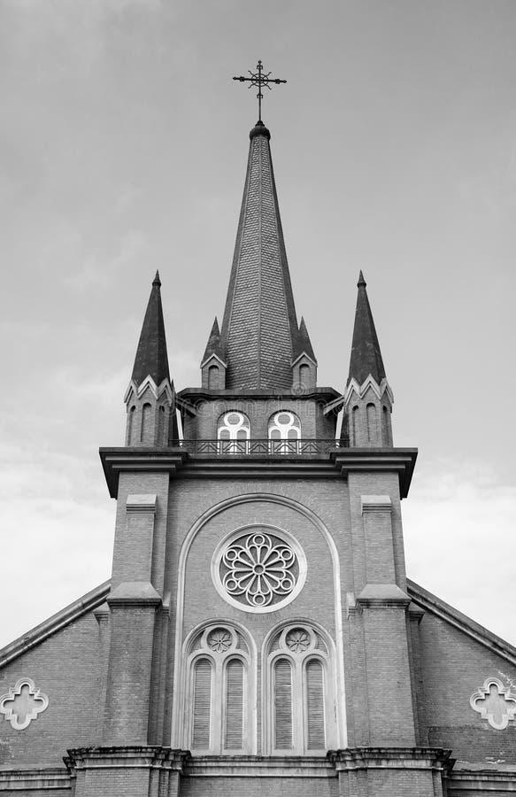 Svartvit katolsk kyrka royaltyfri foto