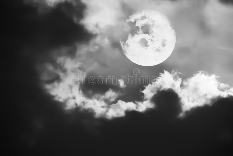 Svartvit konstnärlig panoramasikt av den härliga fantasimånen arkivbild