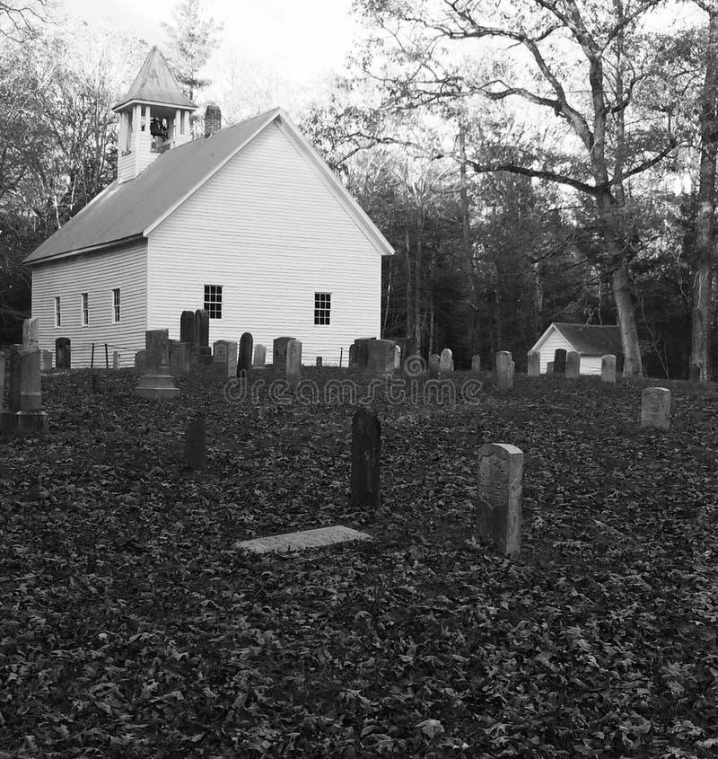 Svartvit kyrklig kyrkogård fotografering för bildbyråer