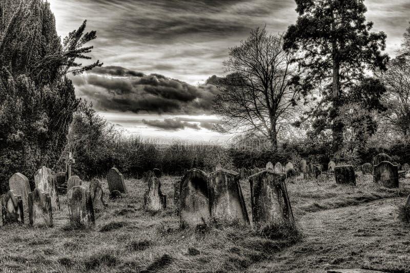 Svartvit kyrkogård arkivbilder