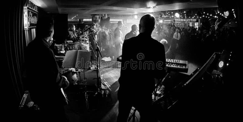 Svartvit musikband på etapp royaltyfria foton