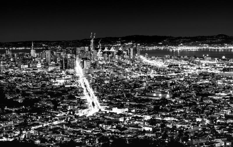 Svartvit nattpanoramautsikt av den San Francisco staden som beskådas från Twin Peaks i San Francisco, Kalifornien, USA arkivfoto