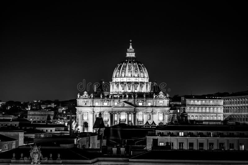 Svartvit nattsikt av St Peter ' s-basilika i Vaticanen, Rome, Italien royaltyfri fotografi