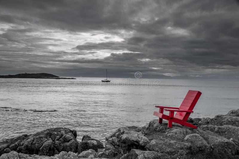 Svartvit naturbakgrund för röd stol royaltyfri fotografi
