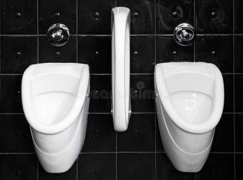 Svartvit offentlig toalett royaltyfria bilder