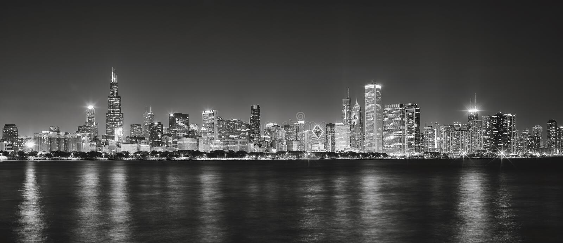 Svartvit panorama- bild av Chicago stadshorisont på nig royaltyfri bild