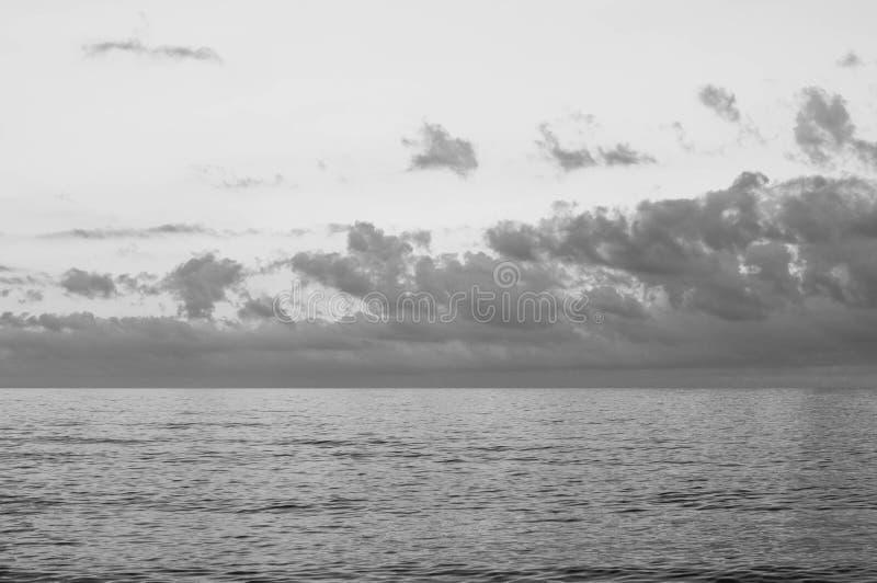 Svartvit pittoresk seascape för molnig himmel royaltyfria bilder