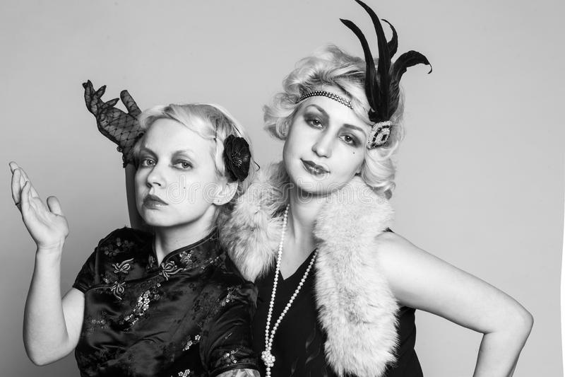 Svartvit retro stående av två flicka-blondiner fotografering för bildbyråer