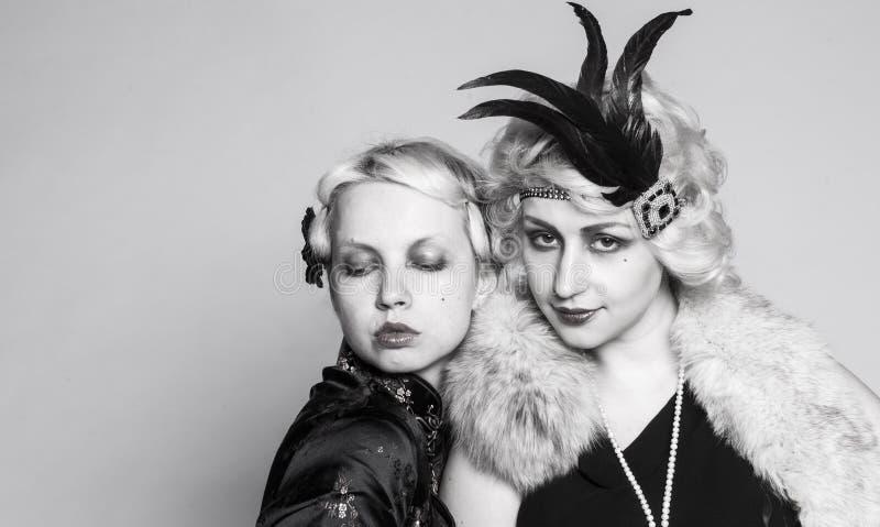 Svartvit retro stående av två flicka-blondiner arkivbild