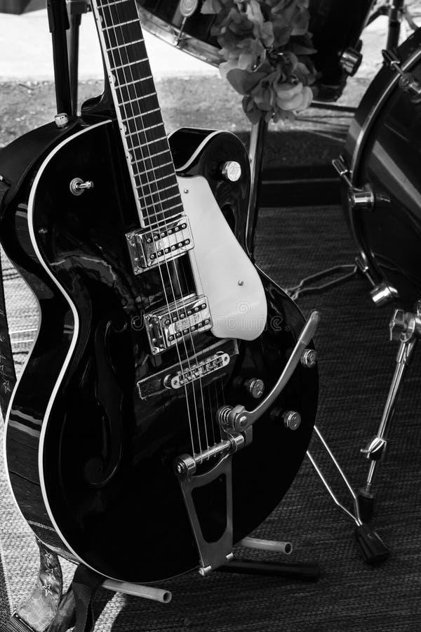 Svartvit sex elektrisk gitarr för rad fotografering för bildbyråer