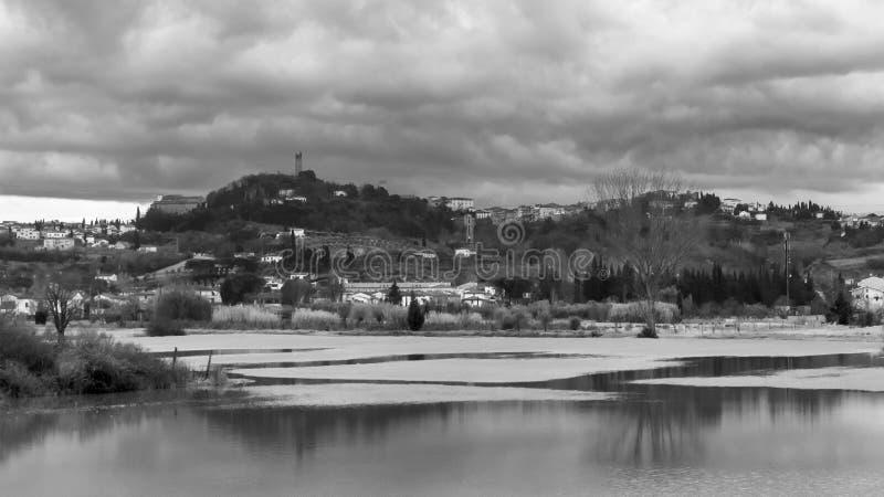 Svartvit sikt av översvämningen i San Miniato, Pisa, Tuscany, Italien royaltyfria foton