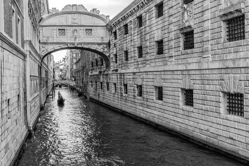 Svartvit sikt av bron av Sighs, Venedig, Italien arkivfoto